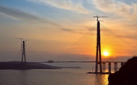 Die Brücke auf die Insel Russkij